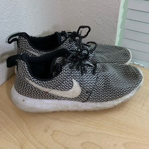 Youth Nike Black and white Sneakers